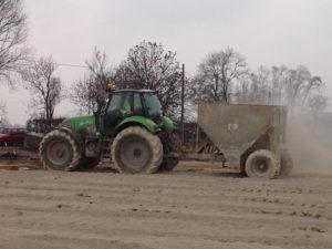 Stabilizacja gruntu - rozsypywanie spoiw hydraulicznych